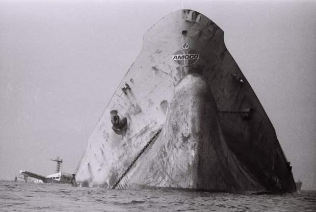 Наполовину затонувший нефтяной танкер Amoco Cadiz сел на мели у берегов Бретани. Франция, 16 марта 1978 года. история, факты, фото