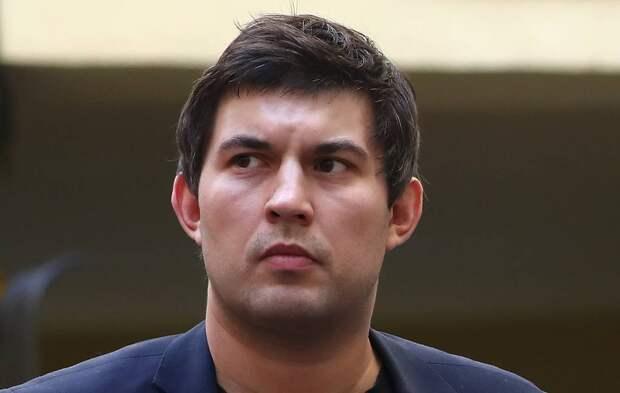 Сын Алибасова прокомментировал слухи о том, что запер отца в квартире и приставил надзирателя