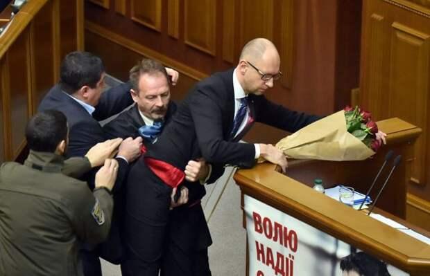 В Раде произошла драка: Яценюка пытались унести на руках
