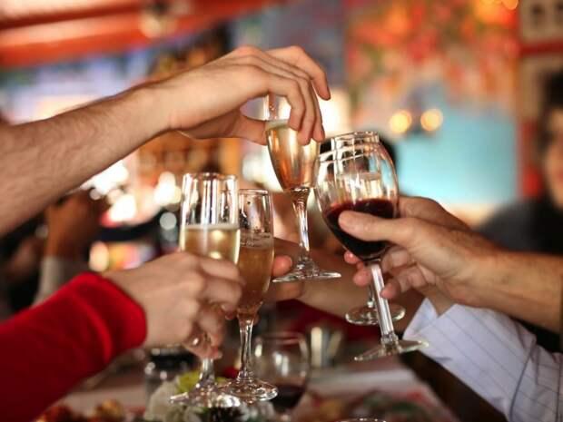Ученые узнали, сколько пьяных застолий в год может выдержать сердце