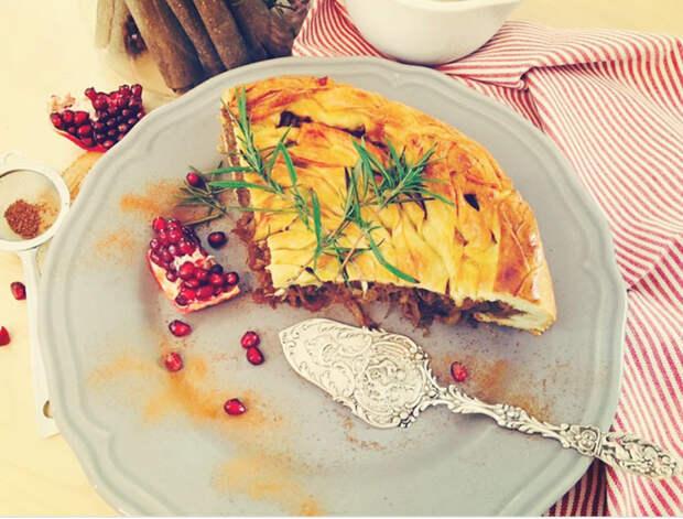 Зимний капустный пирог с ароматом корицы и розмарина