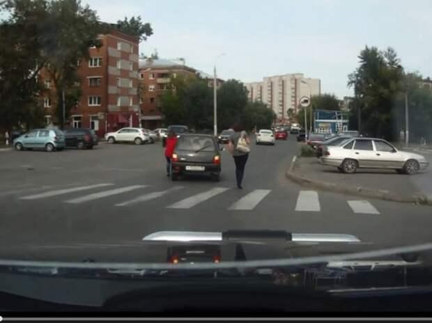 Русская женщина и «Оку» на ходу остановит
