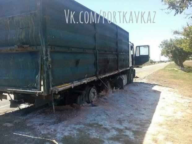 По пути к Керченской переправе от нетерпения сгорела фура (фото)