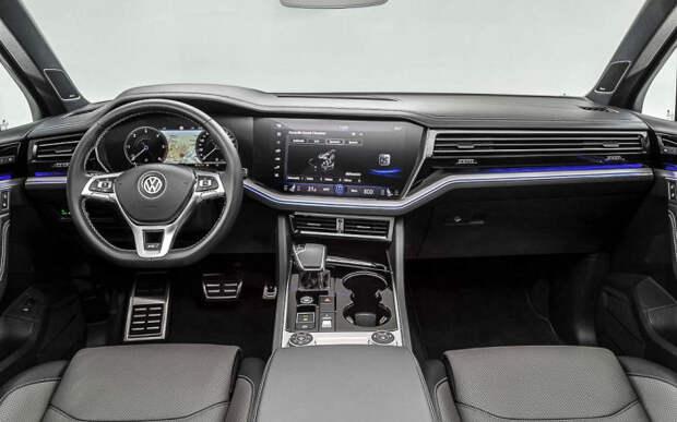 В новом Volkswagen Touareg установлены два огромных монитора на 12 и 15 дюймов.