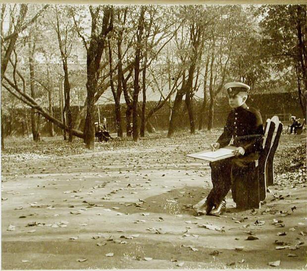09. Воспитанник в саду корпуса во время рисования с натуры