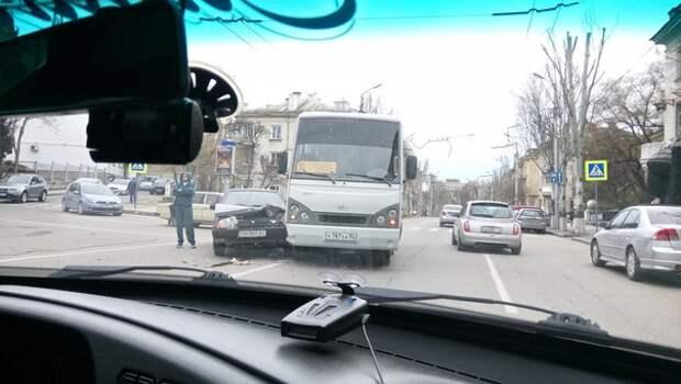 Автомобиль забыл посмотреть влево и устроил ДТП в Севастополе (фото)