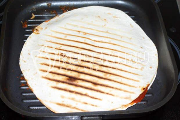 Накрыв второй лепешкой обжарить с обеих сторон на сухой сковороде-гриль