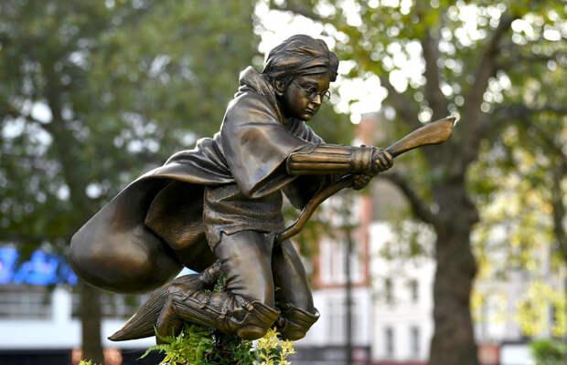 Гарри Поттеру поставили памятник в центре Лондона