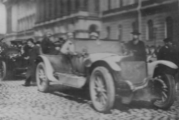 004. Участники пробега в автомобилях у здания военного министерства на Исаакиевской площади.  Апрель 1911
