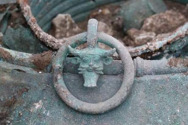 Кельтский бронзовый котел, украшенный изображением рогатого божества.