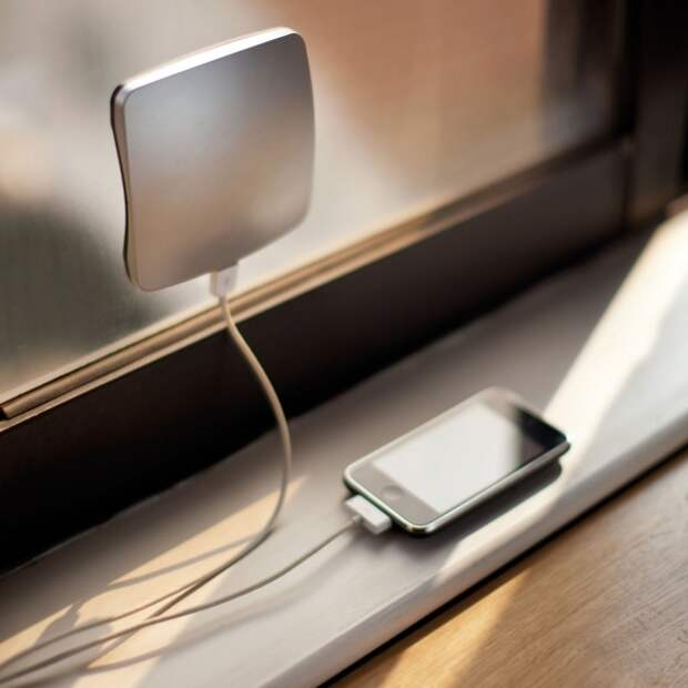 http://files7.adme.ru/files/news/part_83/835560/12203360-R3L8T8D-600-iPhone-Window-Solar-Charger.jpg