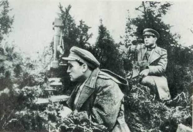 Начальник политотдела 18-й армии полковник Л. И. Брежнев (справа) на наблюдательном пункте в Карпатах. 1944 год