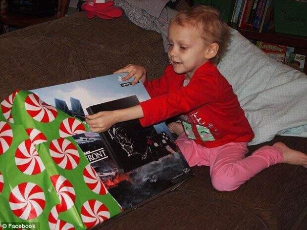 семья празднует Рождество каждые выходные, девочка рак празднуют каждые выходные рождество