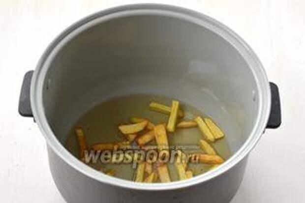 В горячее масло порциями выкладываем подготовленный картофель и обжариваем до готовности. На это уйдёт приблизительно 8-9 минут, в зависимости от порции картофеля.