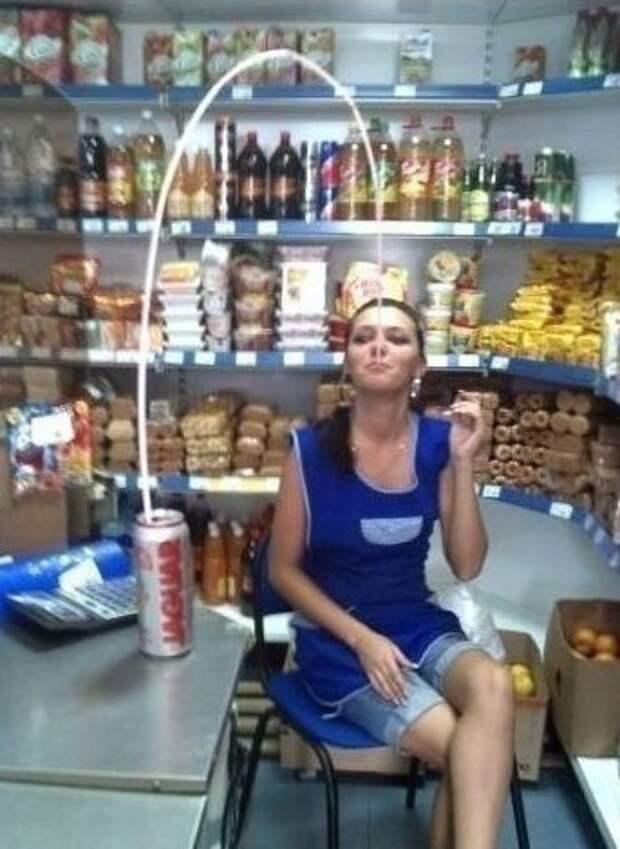 Теперь и вы знаете, как продавщицы из продуктовых воюют со скукой! девушки, женщины, магазин, покупки, прикол, продавец, продукты, юмор