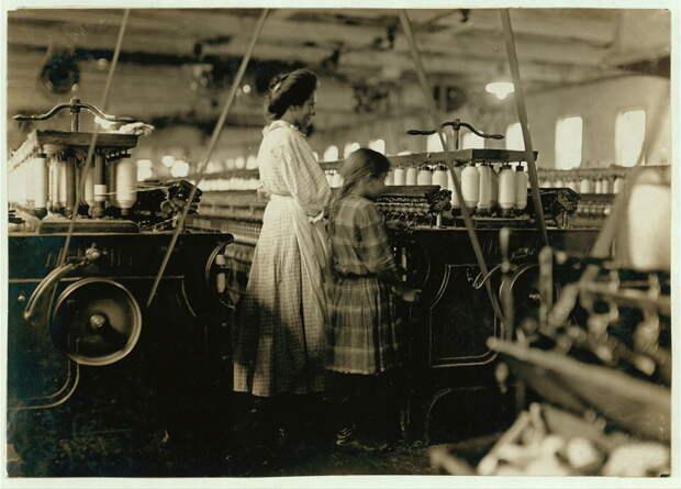 16. 7-летняя девочка работает вместе со своей старшей сестрой на фабрике. Северная Каролина. 1908 год. америка, дети, детский труд, история