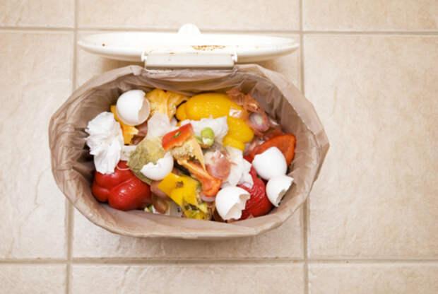 Мытье мусорного ведра.