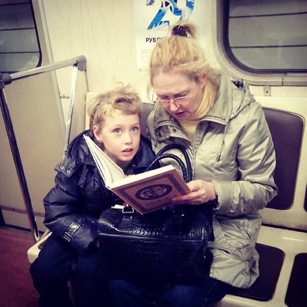 Вот это глазюки, видимо очень интересная сказка  книги, метро, чтение