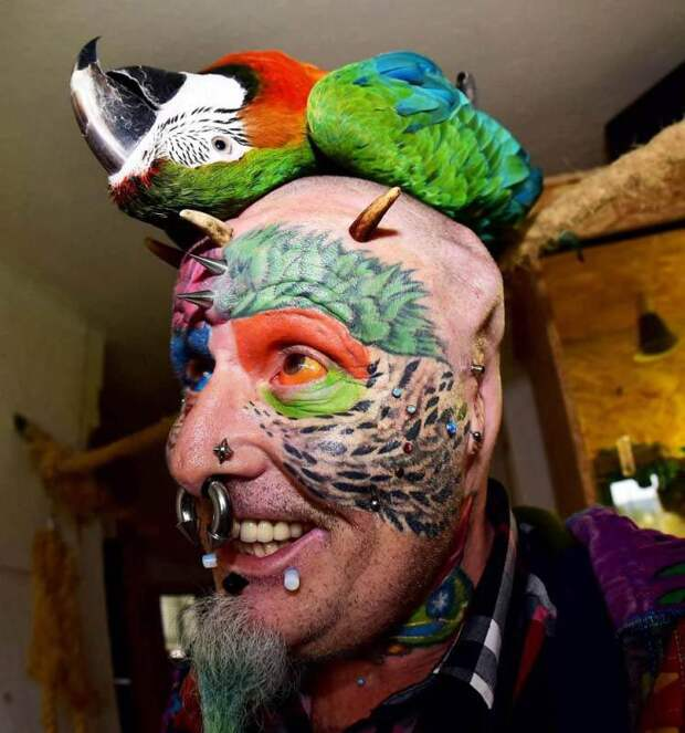 """Бодибезумие: """"человек-попугай"""" отрезал себе уши, чтобы стать ещё больше похожим на птицу"""