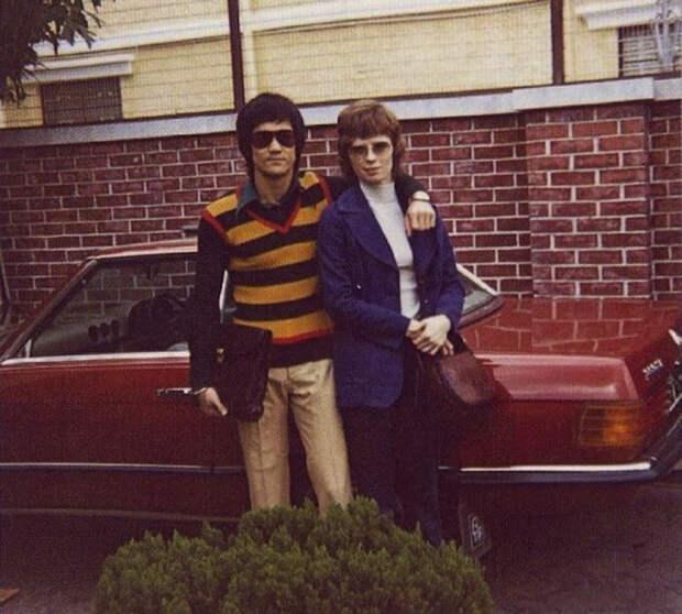 Брюс Ли со своей будущей женой во время учебы в университете.