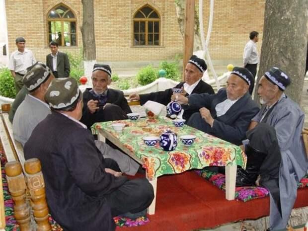 Как узбеки спокойно переносят жару, находясь под палящим солнцем
