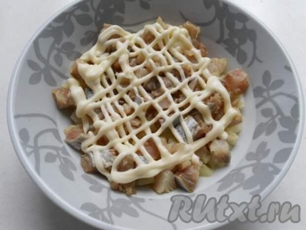 Филе сельди порезать небольшими кусочками + сеточка из майонеза.