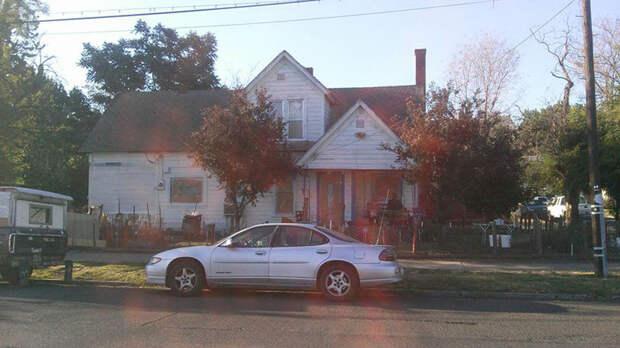 Услышав, как подростки смеются над домом старика, парень решил помочь (5 фото)
