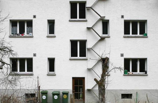 Вопрос: зачем нужна эта лестница?