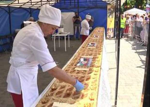 Самарцы за 5 минут съели десятиметровый пирог