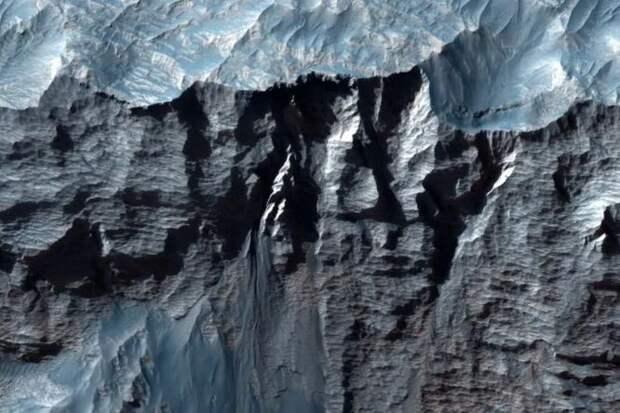 Появились изображения высокого разрешения самого большого каньона в Солнечной системе