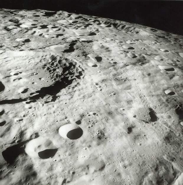1968. Горы на обратной стороне Луны впервые увиденные глазами человека, «Аполлон-8»
