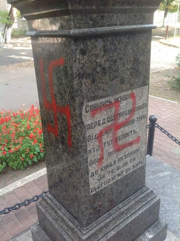 В Харькове разрисовали свастиками памятник расстрелянным эсэсовцами советским воинам освободителям.