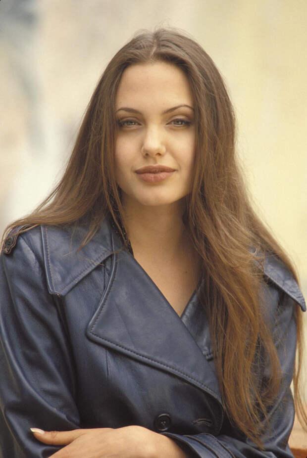 Анджелина Джоли (Angelina Jolie) в фотосессии Мишеля Буркара (Michel Bourquard) (1994), фото 2