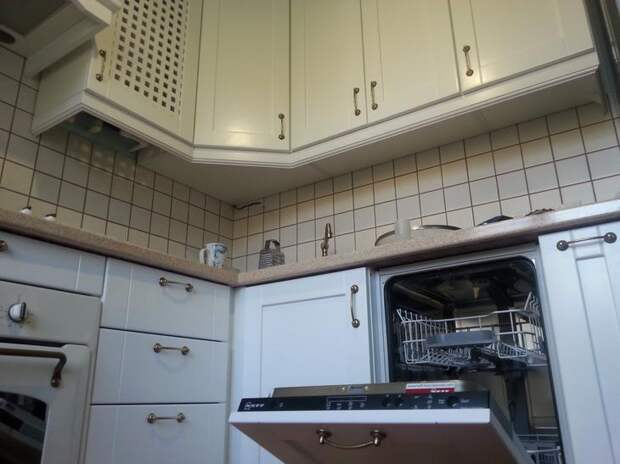 Дизайн белой кухни. Посудомойка на кухне.