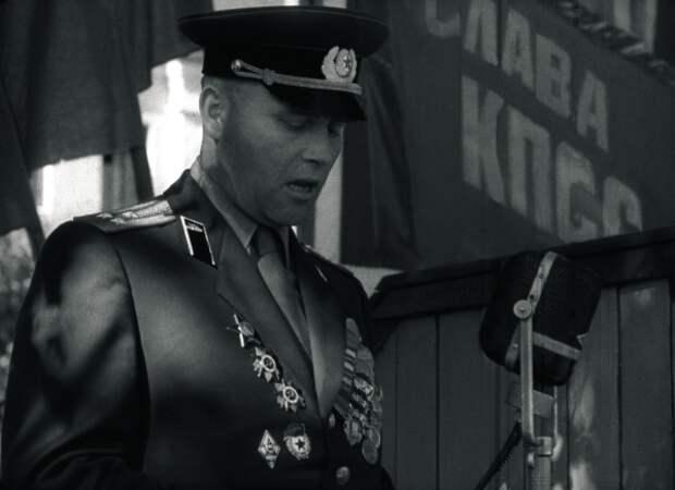 Командир зачитывает приказ об увольнении. При полном параде...  Фото: РГАКФД Арх. N 1-18524