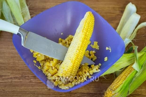 Срезать зерна кукурузы