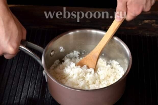 Деревянной лопатко соединить рис и уксусную смесь. Для этого рис ни в коем случае не перемешивать, а легко переворачивать. Перед приготовлением суши дайте рису остыть.