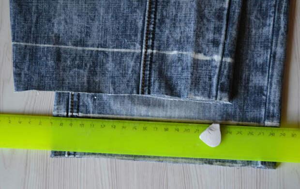 Линия подгибки второй штанины джинсов