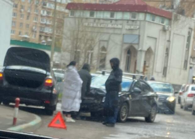 Во дворе на Алтуфьевском шоссе столкнулись две легковушки
