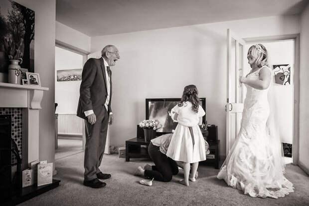 20 эмоциональных фото, накоторых отцы впервые увидели своих дочерей всвадебных платьях