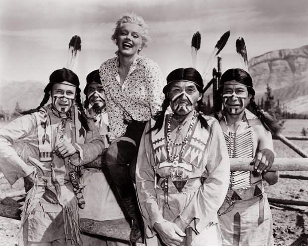 Мэрилин Монро на съемках вестерна «Река не течёт вспять» (1954).