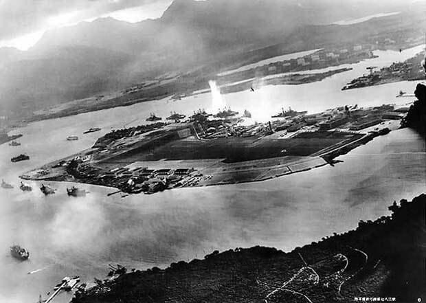 Фотография, сделанная из японского самолета во время торпедной атаки ...
