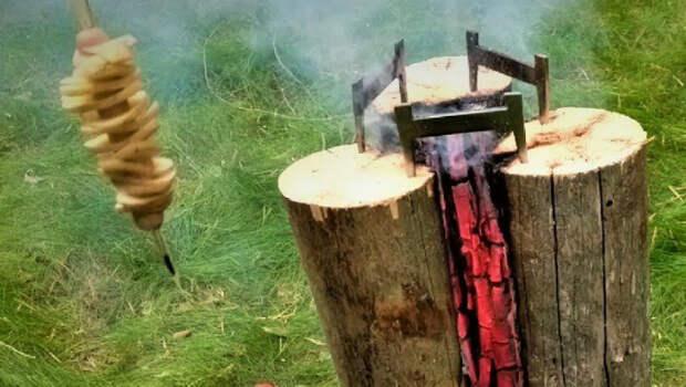 Мангал из трех бревен. Пока огонь горит внутри, пробуем шашлык и картошку