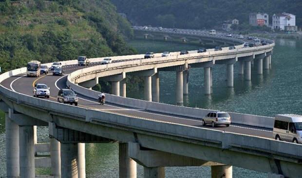 Новая достопримечательность Китая — уникальный мост вдоль реки