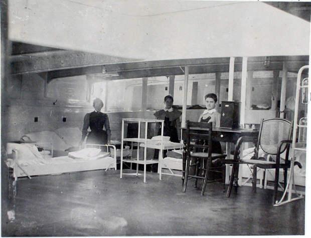 23. Сестры милосердия в палате № 2, оборудованной перевязочным пунктом и микроскопом. 1901