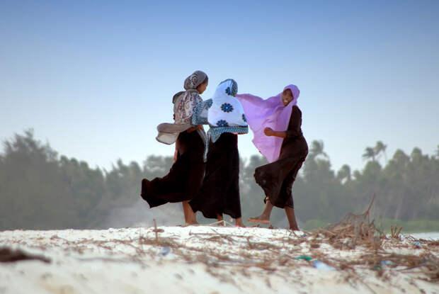 Молодые девушки во время прогулки. (giampiero Ridella)