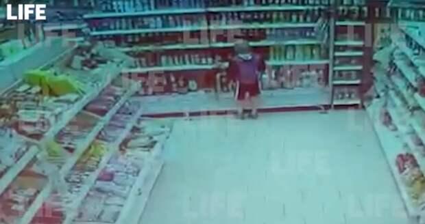 В магазин в Краснодарском крае пришел ребенок с цепью на шее