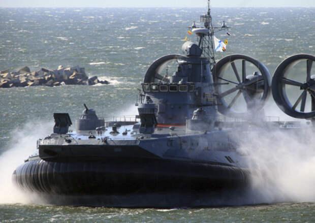 Корабли на воздушной подушке Балтийского флота в ходе планового учения высадили десант на балтийском побережье