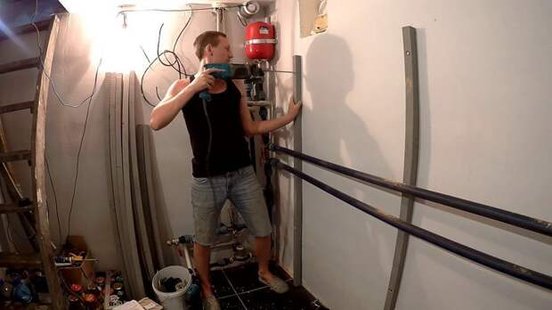 Стойки стеллажей закрепил анкерами к стене. Это придало стеллажам мертвой устойчивости. Сами стойки изготовил из бруска 40*40мм. мастер-класс, полки, простой стеллаж, своими руками, стеллажи
