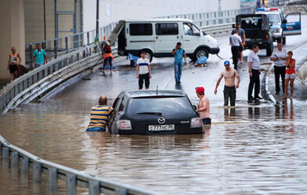 Улицы Красноярска ушли под воду после сильного ливня (видео)
